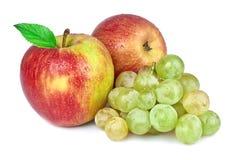 红色苹果用葡萄 免版税库存照片