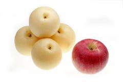 红色苹果的梨 免版税库存照片
