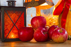 红色苹果,橙色灯笼,一个瓶向日葵油, w的耳朵 库存图片