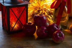 红色苹果,橙色灯笼,一个瓶向日葵油, w的耳朵 免版税图库摄影