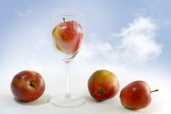 红色苹果,他们中的一个在玻璃,苹果汁, ba的标志 图库摄影