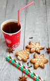 红色茶和圣诞节曲奇饼 免版税图库摄影