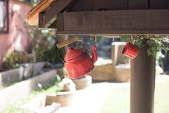 红色茶壶和红色杯子 免版税库存图片