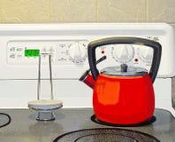 红色茶壶和范围 免版税库存图片