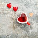 红色茶饮料心脏装饰情人节 免版税库存图片