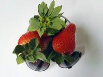 红色草莓和太阳镜 库存图片
