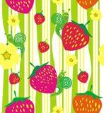 红色草莓和花在绿草 免版税库存图片