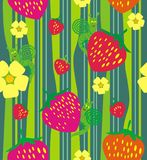 红色草莓和花在绿草 库存图片