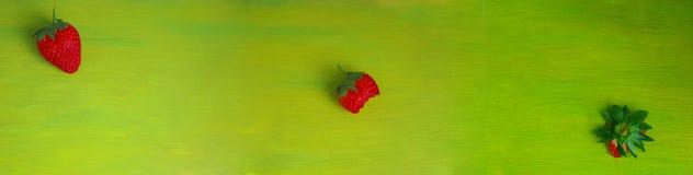 红色草莓是不可抗拒和可口的 图库摄影