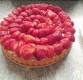 红色草莓自创蛋糕 免版税库存图片