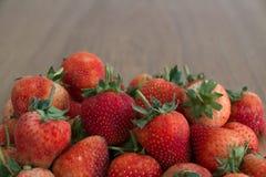 红色草莓,特写镜头,景深 免版税库存照片