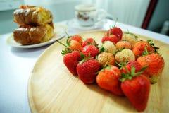 红色草莓,红色心脏 图库摄影