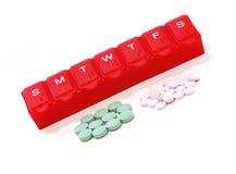 红色药片配件箱和药片 免版税库存照片