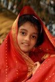红色莎丽服的印第安女孩 免版税库存图片