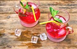 红色莓果柠檬水mojito两块玻璃  图库摄影