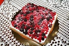 红色莓果蛋糕 免版税库存照片