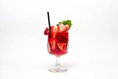 红色莓果鸡尾酒用薄菏装饰。在白色。 图库摄影