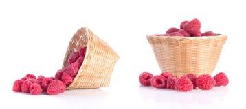 红色莓果,在白色背景的竹篮子 免版税库存照片