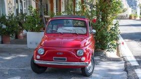 红色菲亚特Cinquecento 500经典之作停车场在阿马尔菲海岸,意大利的街道 免版税库存照片