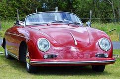 红色葡萄酒减速火箭的1958年保时捷356 Speedster体育汽车 免版税图库摄影