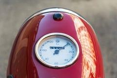 红色葡萄酒摩托车Jawa 125在前捷克斯洛伐克生产了 免版税库存图片