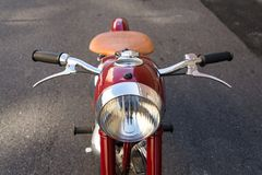 红色葡萄酒摩托车Jawa 125在前捷克斯洛伐克生产了 库存照片