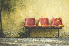 红色葡萄酒椅子难看的东西外部  库存图片