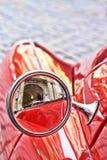 红色葡萄酒汽车在前后反映 库存图片