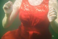 红色葡萄酒礼服的乳房 库存图片
