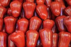 红色蒲桃果子散装在香港市场上 库存照片