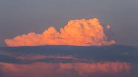绯红色蓝色云彩 库存图片