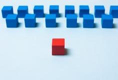 红色蓝色的多维数据集 领导概念 图库摄影