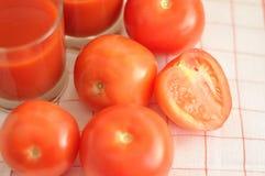 红色蕃茄和西红柿汁 免版税库存照片
