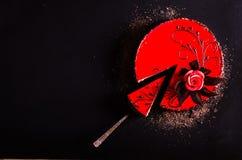 红色蛋糕与上升了,巧克力花,在黑暗的背景 您的文本的空位 选择聚焦 库存图片