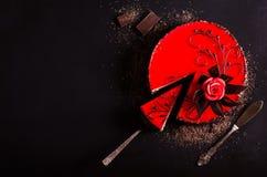 红色蛋糕与上升了,巧克力花,在黑暗的背景 您的文本的空位 选择聚焦 免版税库存照片