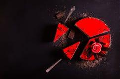 红色蛋糕与上升了,巧克力花,在黑暗的背景 您的文本的空位 选择聚焦 图库摄影