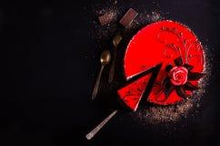 红色蛋糕与上升了,巧克力花,在黑暗的背景 您的文本的空位 选择聚焦 库存照片