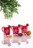 红色蜡烛、蜡烛台与水晶雪花,甘蔗和茴香星,隔绝在反射性白色有机玻璃背景 免版税库存图片