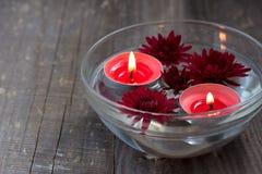 红色蜡烛和花在碗 免版税图库摄影