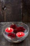 红色蜡烛和花在碗 免版税库存照片