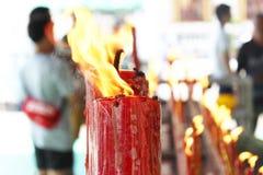 红色蜡烛燃烧相信,希望,祈祷,佛教徒, 免版税库存照片
