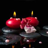 红色蜡烛,与下落的禅宗石头,兰花温泉静物画  免版税图库摄影