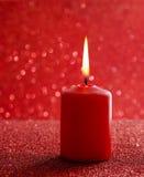 红色蜡烛 红色闪烁的圣诞灯 被弄脏的抽象ba 免版税库存照片