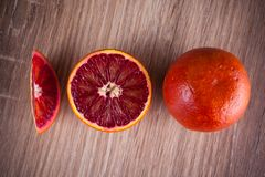 红色血液西西里人橙色整个,一半和wegde 库存图片