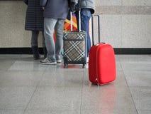红色行李在终端或机场站立 免版税图库摄影