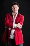红色衣服的典雅的微笑的年轻英俊的人 免版税库存图片