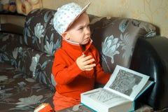 红色衣服的高雅年轻男孩 图库摄影
