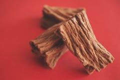 红色表面上的鲜乳巧克力 Choco概念 没有健康食物 免版税库存图片