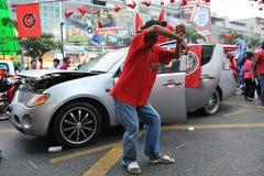 红色衬衣拒付在中央曼谷 图库摄影