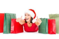 红色衬衣的妇女有购物袋的 免版税库存照片